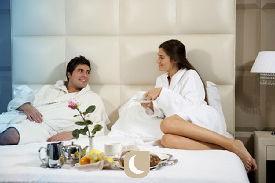 La couette théâtre du petit déjeuner au lit